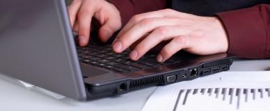 Мужчина набирает печатает на клавиатуре
