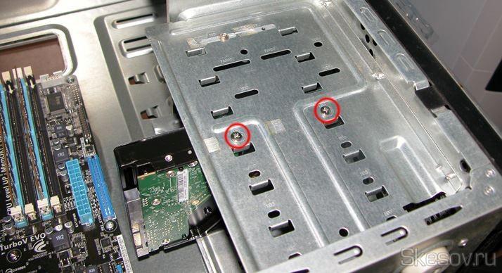 Устанавливаем и закрепляем жесткий диск