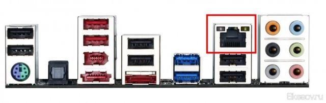 Второй конец кабеля вставляем в соответствующий порт Ethernet на задней части системного блока.