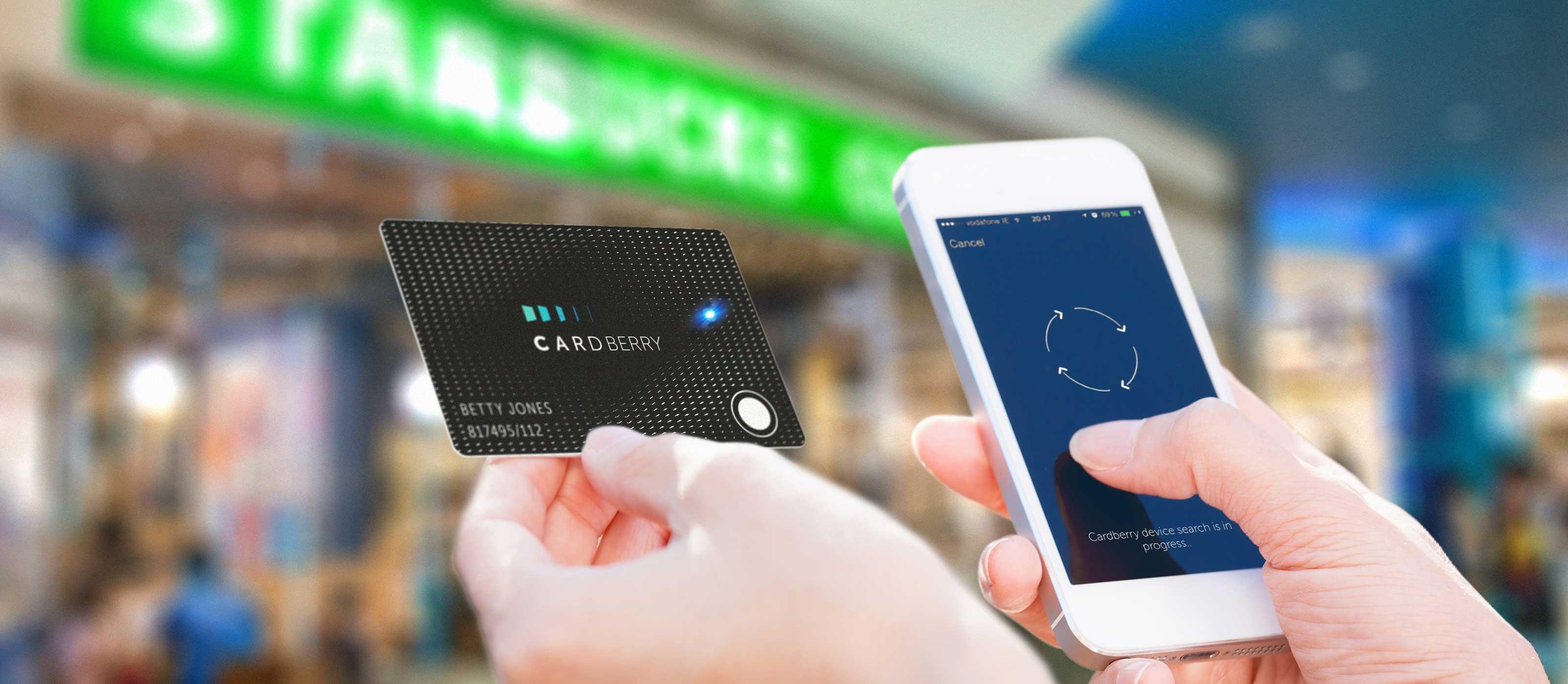 CardBerry и смартфон в руке
