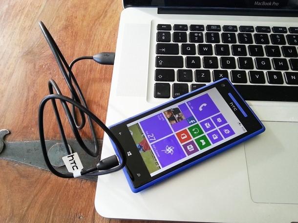 Телефон с ноутбуком, подключенные друг друг с помощью USB-кабеля