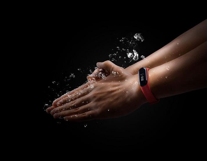 Фитнес-браслет под водой