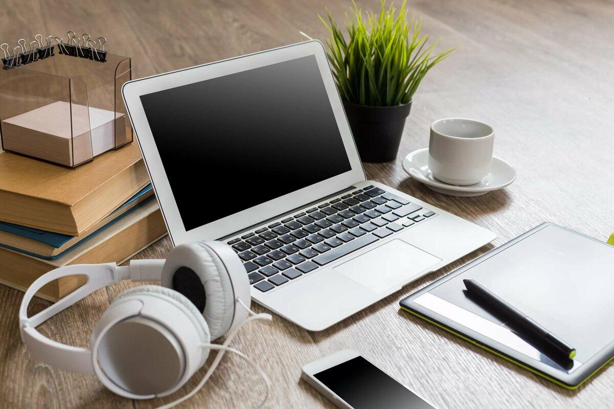 помощью картинки компьютеров и ноутбуков на столе болтуны- две