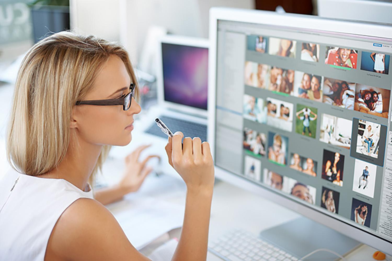 Девушка работает за компьютером