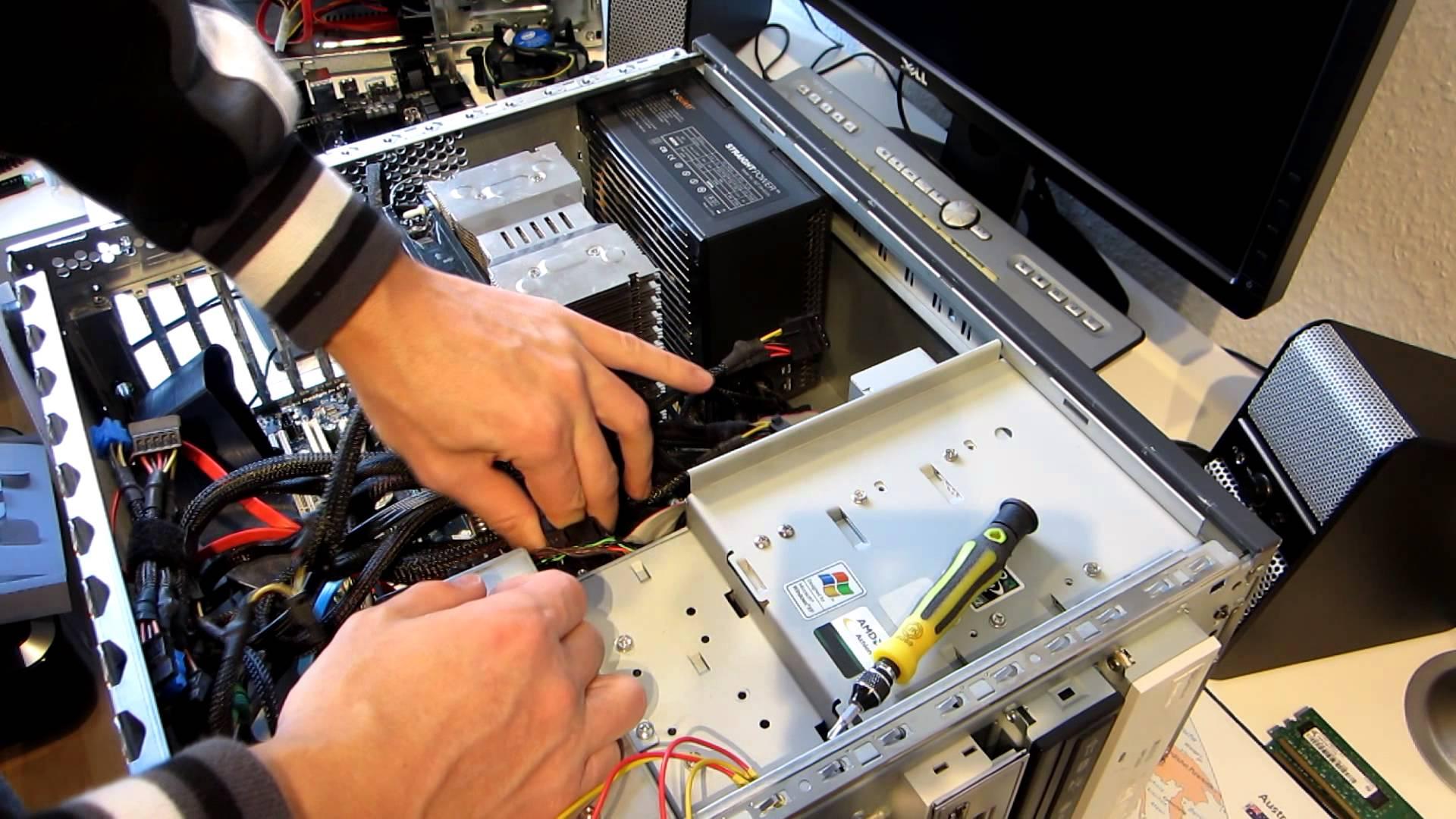 IT-специалист чистит системный блок