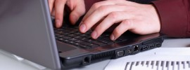 Мужчина печатает на клавиатуре