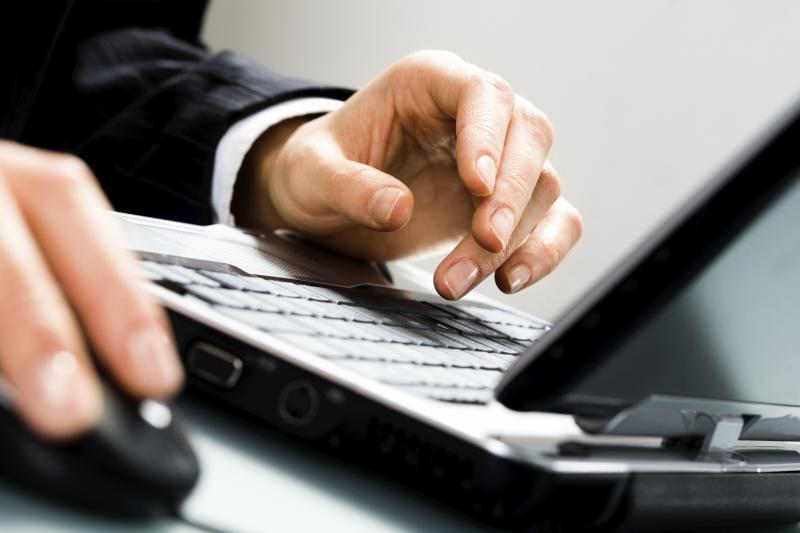 Мужчина работает за ноутбуком